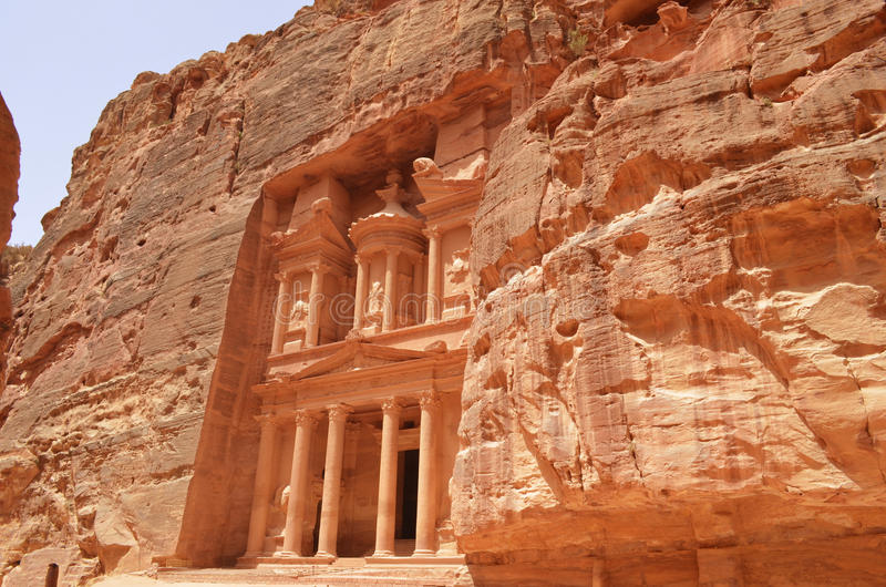 Petra, Jordania de oude bouw over de bergen royalty-vrije stock afbeelding