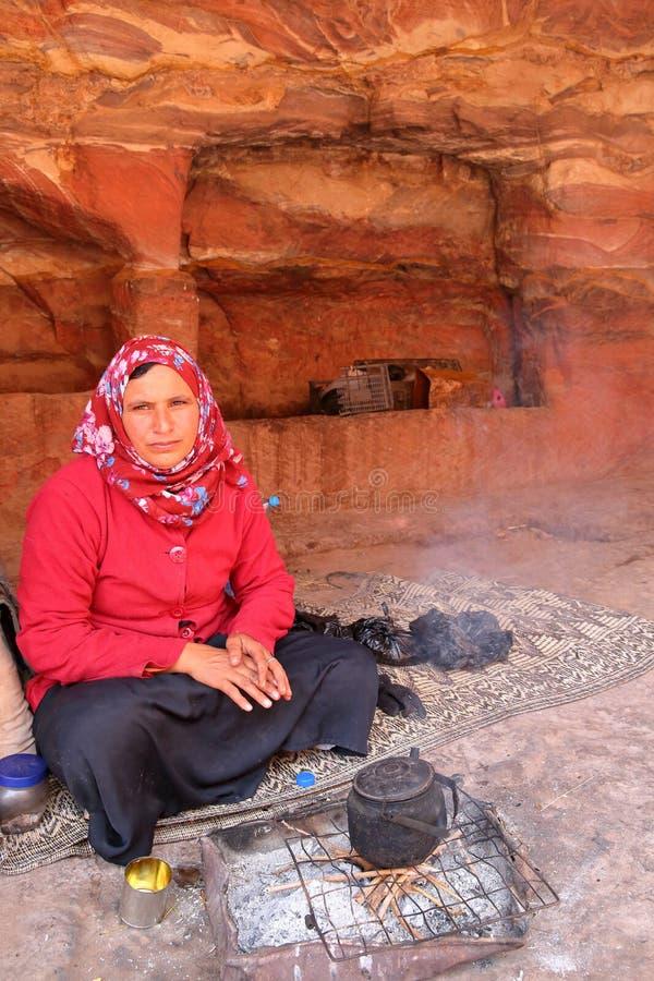 PETRA, JORDANIA, MARZEC 12, 2016: Portret beduin kobiety narządzania herbata zdjęcia stock