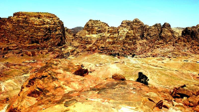 PETRA, Jordanie 19 04 2014 : Vue d'en haut au désert de canyon d'oued à la merveille en pierre dans PETRA photos libres de droits