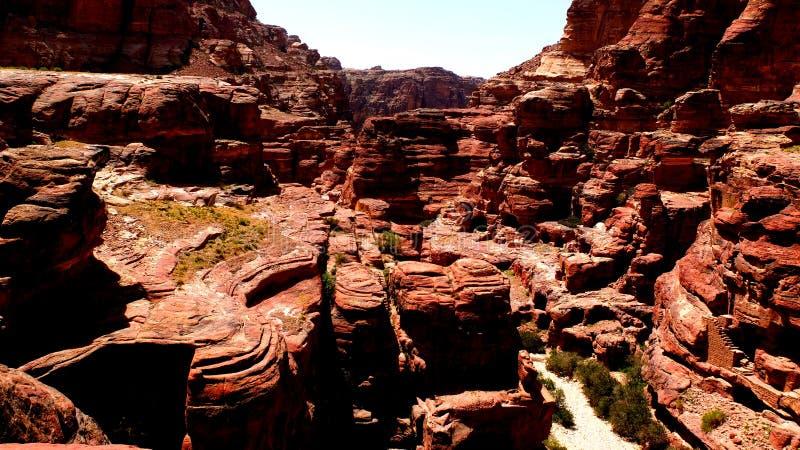 PETRA, Jordanie 19 04 2014 : Vue d'en haut au désert de canyon d'oued à la merveille en pierre dans PETRA image stock