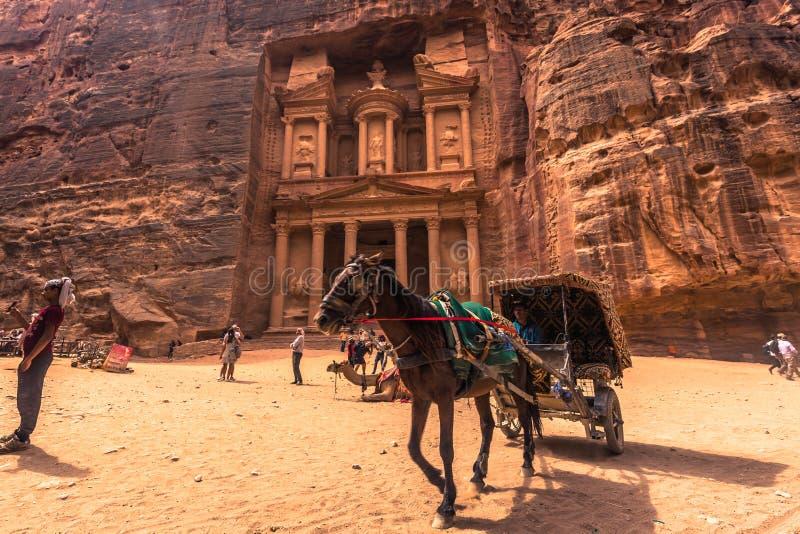 Petra - 01 Oktober, 2018: Schatkist van de oude stad van Petra, Wereldwonder, Jordanië stock foto's