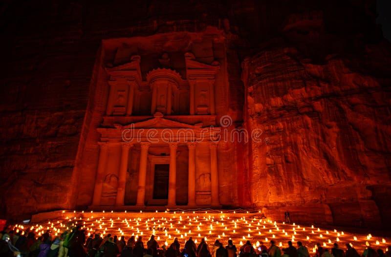 Petra vid natt i Jordanien med härligt ljus royaltyfri bild