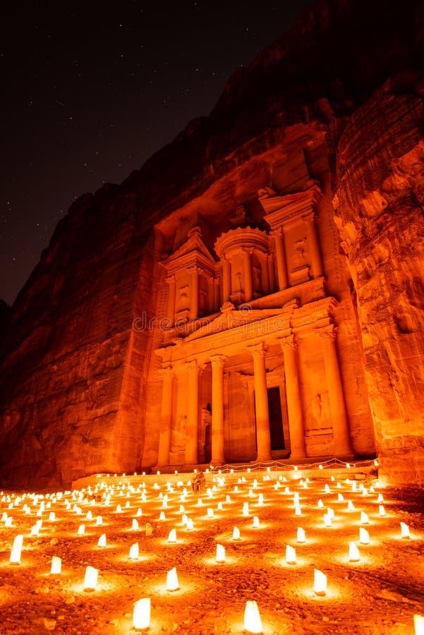 Petra vid natt i Jordanien med härligt ljus arkivbilder