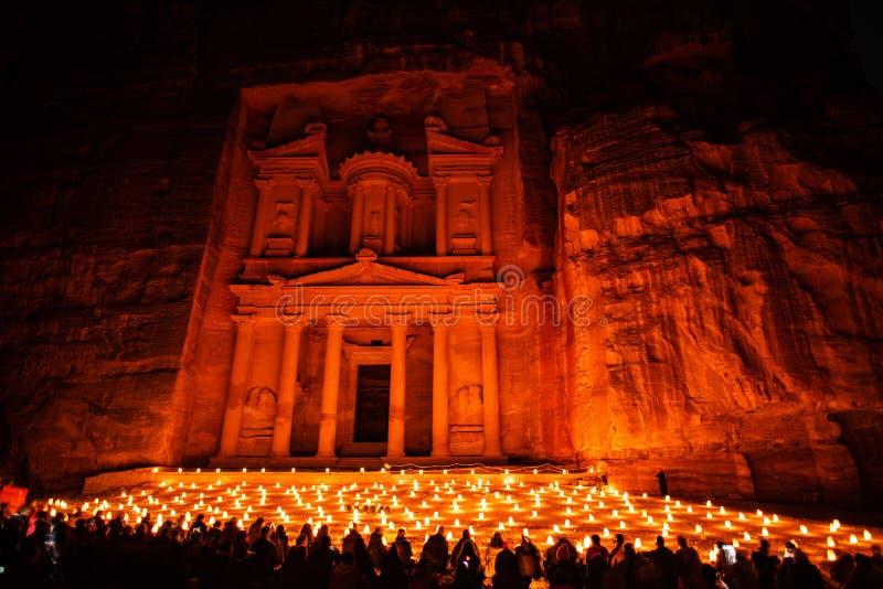 Petra vid natt i Jordanien med härligt stearinljusljus arkivbild