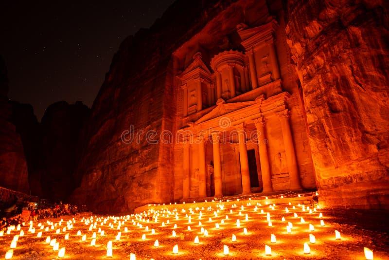 Petra vid natt i Jordanien med stearinljus arkivbild
