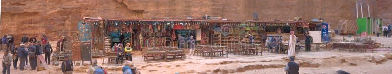 PETRA, Wadi Musa, Jordânia, o 9 de março de 2018: Cabine de vendas com muitos artigos e lembranças para turistas na frente de Pet fotografia de stock royalty free