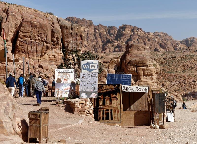 PETRA, Wadi Musa, Jordânia, o 9 de março de 2018: Uma tenda com muitos sinais dos rafrescamentos, dos livros e das lembranças do  foto de stock royalty free