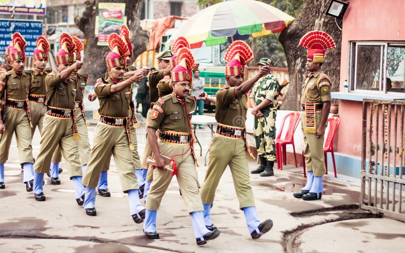 Petrapole-Benapole, Bangaon, Bengala Occidental, el 5 de enero de 2019: Ceremonia común del retratamiento, demostración militar d imagenes de archivo