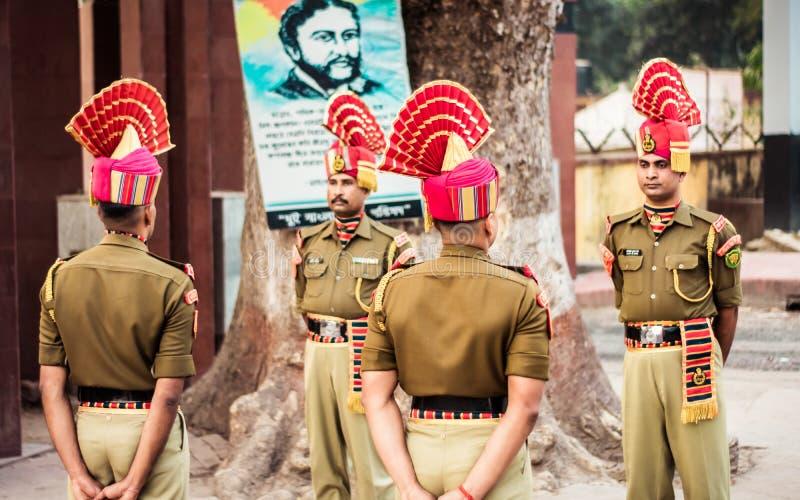 Petrapole-Benapole, Bangaon, West-Bengalen, 5 Januari, 2019: De gezamenlijke Terugtochtceremonie, militaire parade toont zelfde z stock foto's