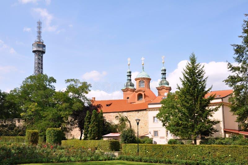 Petrin-Turm in Prag-Park stockbild