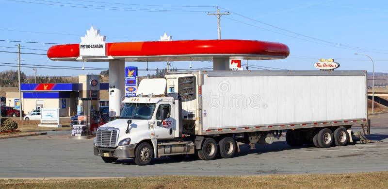 Petro-Canada Brandstofpost en TRA-Opleggervrachtwagen royalty-vrije stock afbeelding