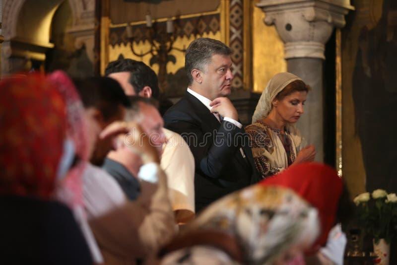 Petro Poroshenko bij feestelijke liturgie bij St Vladimir Patriarchal stock foto's