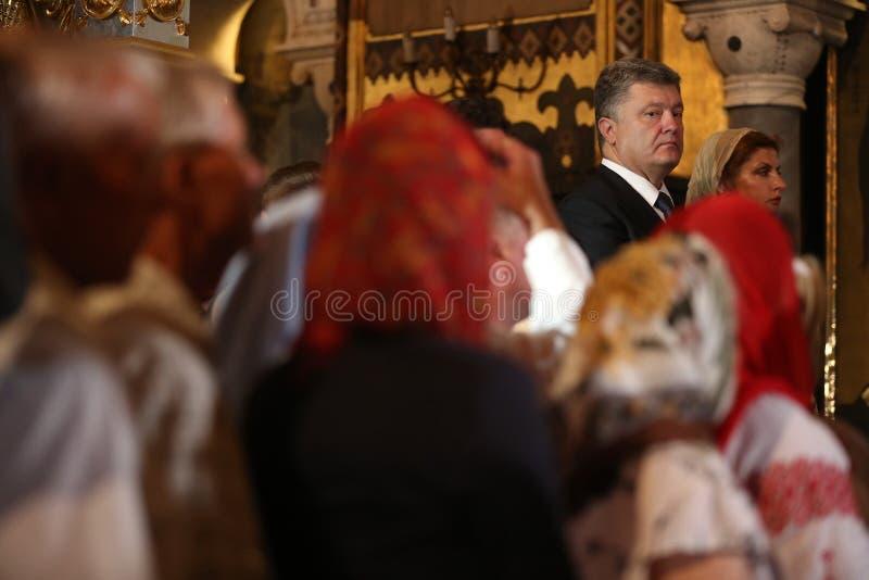 Petro Poroshenko bij feestelijke liturgie bij St Vladimir Patriarchal stock afbeeldingen