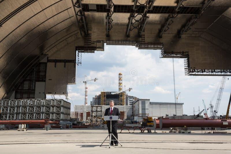 Petro Poroshenko en la central nuclear de Chernóbil fotos de archivo