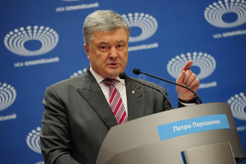 Petro Poroshenko lleg? el estadio de Olimpiyskiy para un discusi?n de la elecci?n presidencial con Volodymyr Zelenskiy foto de archivo