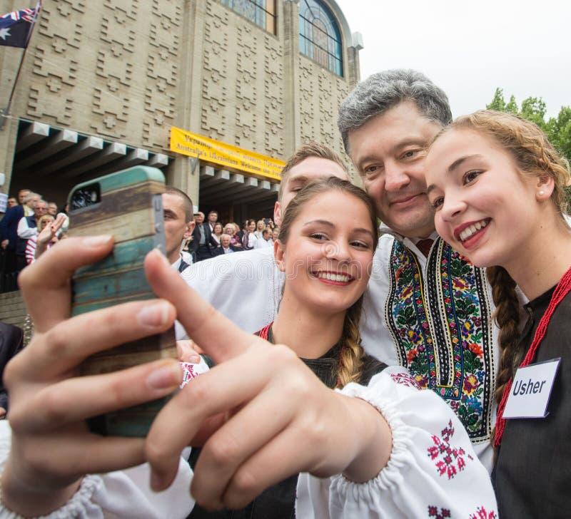 Petro Poroshenko mit Vertretern der ukrainischen Gemeinschaft herein lizenzfreie stockfotografie