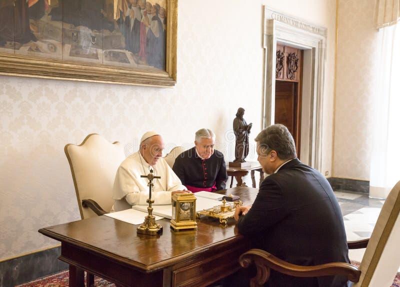 Petro Poroshenko och påve Francis royaltyfri foto