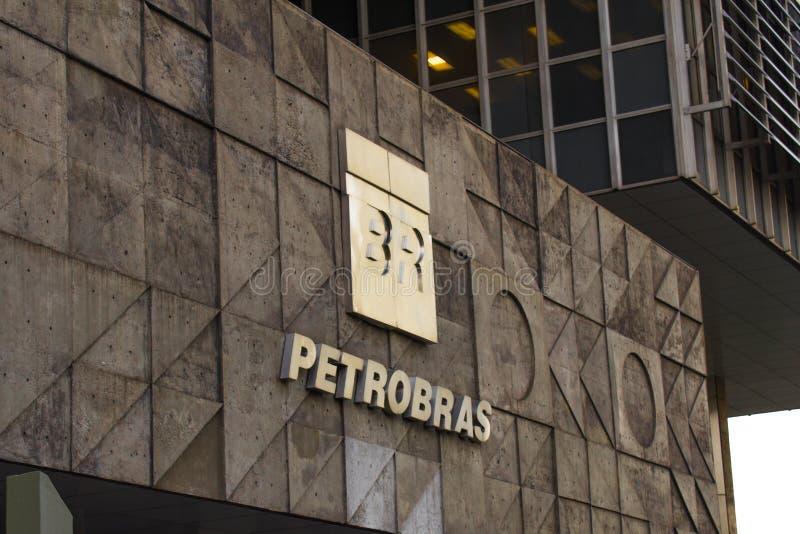 Petrobrashoofdkwartier die Rio de Janeiro van de binnenstad inbouwen bij nacht Petrobras is olie en gas de industriereus in Brazi royalty-vrije stock afbeeldingen