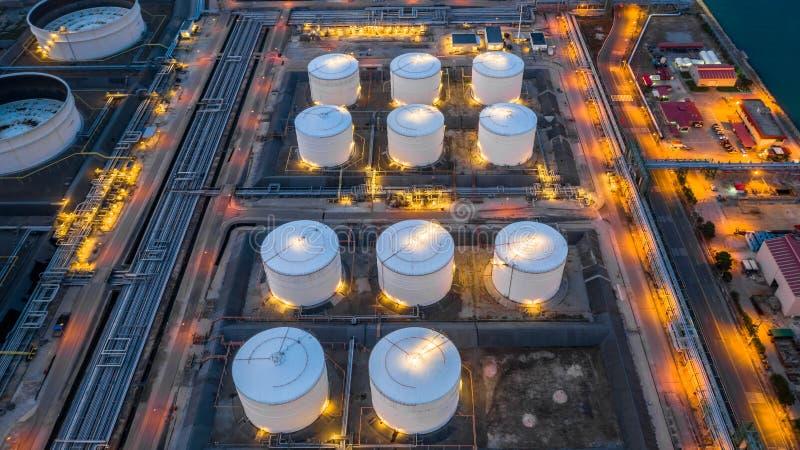 Petrochemiczny przemysłowy, benzynowy składowego zbiornika oleju składowy zbiornik przy nocą, widoku z lotu ptaka ropa i gaz maga zdjęcie royalty free