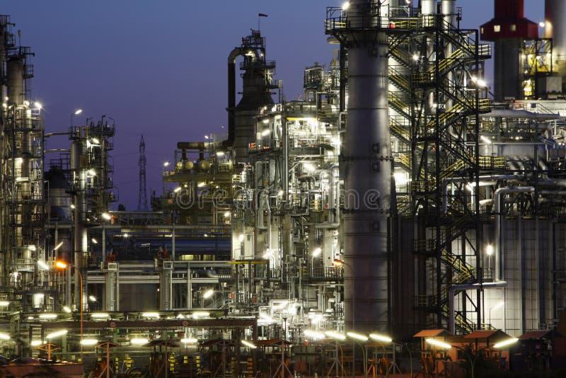 Petrochemische installatie in nacht royalty-vrije stock afbeeldingen