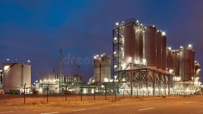Petrochemische productie-installatie tegen een bewolkte blauwe hemel bij schemering, Haven van Antwerpen, België stock foto