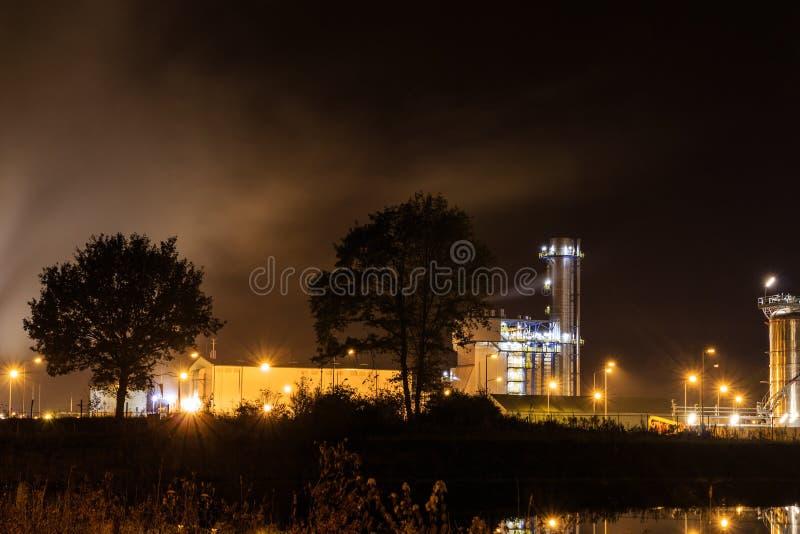 Petrochemische raffinaderij bij nacht Tessenderlo, Vlaanderen, België, royalty-vrije stock fotografie