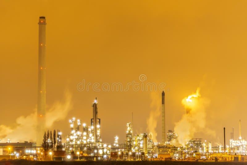 Petrochemische stof en raffinaderijinstallatie stock foto's