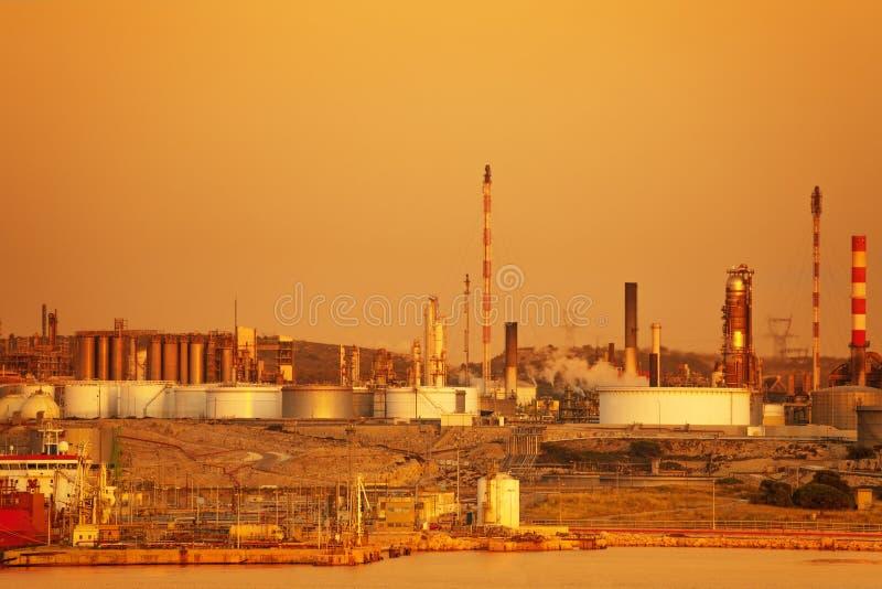 Petrochemisches Werk Port de Bouc während des Sonnenuntergangs stockfotografie
