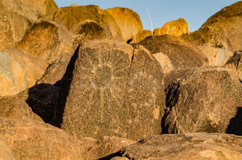 Petroglifo de Sun - rastro de la colina de la señal - parque nacional de Saguaro - AZ foto de archivo
