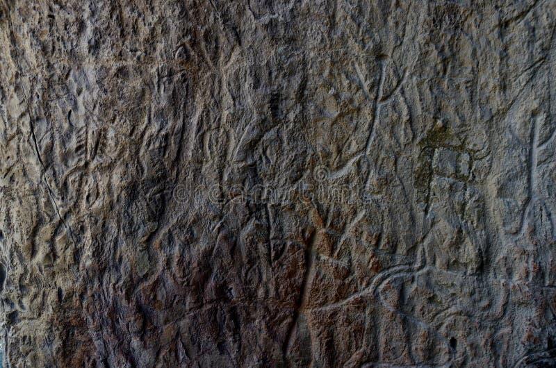 Petroglifos antiguos de Gobustan, pinturas de la roca que representan el baile ritual del chamán de la tribu neolítica antes de l imágenes de archivo libres de regalías