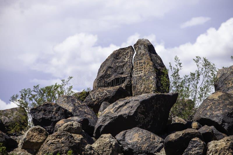 Petroglifos del desierto de Arizona con el cielo nublado imagen de archivo