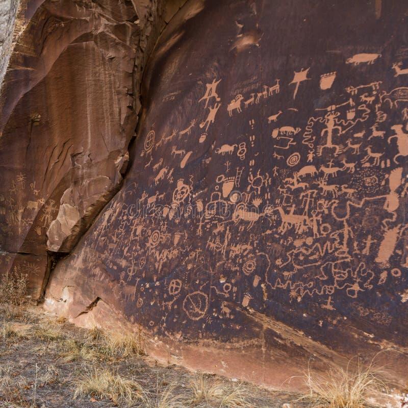 Petroglifos en roca del periódico fotos de archivo libres de regalías