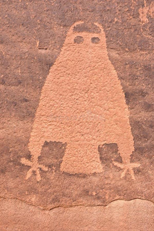Petroglyph da coruja na parede do arenito perto de Moab em Utá foto de stock