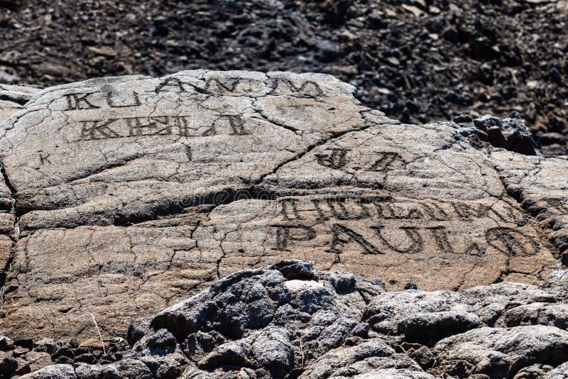 Petroglyphen geschnitzt im vulkanischen Felsen auf Trail Königs, Kona, Hawaii stockbilder