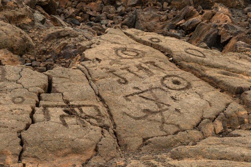 Petroglyphen geschnitzt im vulkanischen Felsen auf Trail Königs, Kona, Hawaii lizenzfreies stockbild