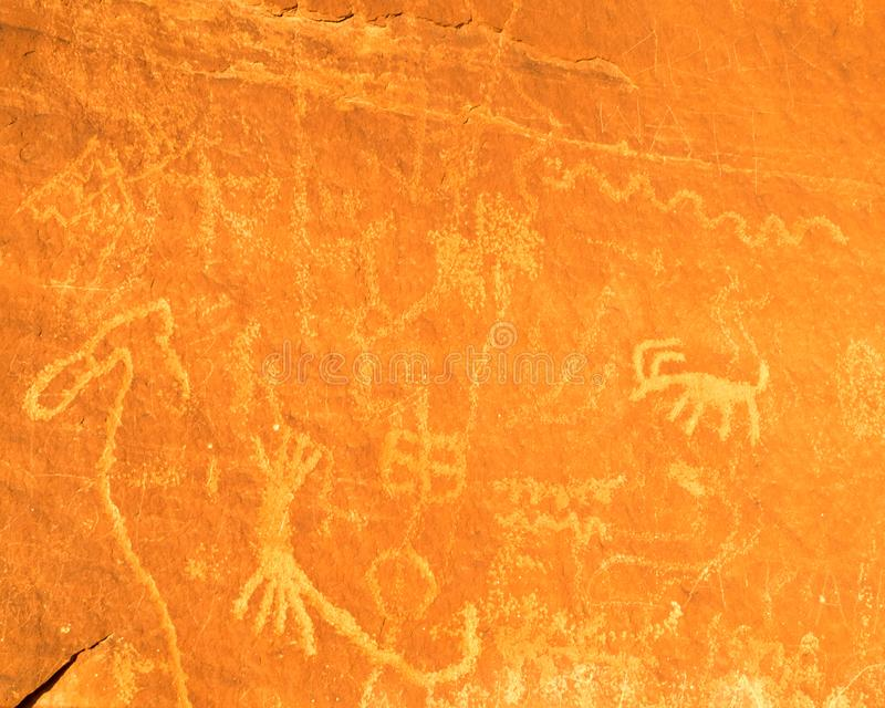 Petroglyphen im Tal des Feuer-Nationalparks lizenzfreies stockfoto