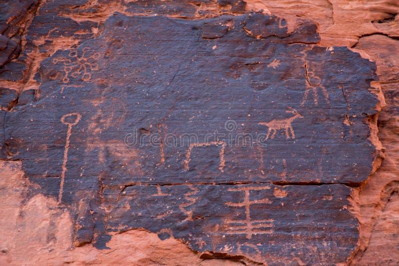 Petroglyphen im Tal des Feuers lizenzfreie stockbilder