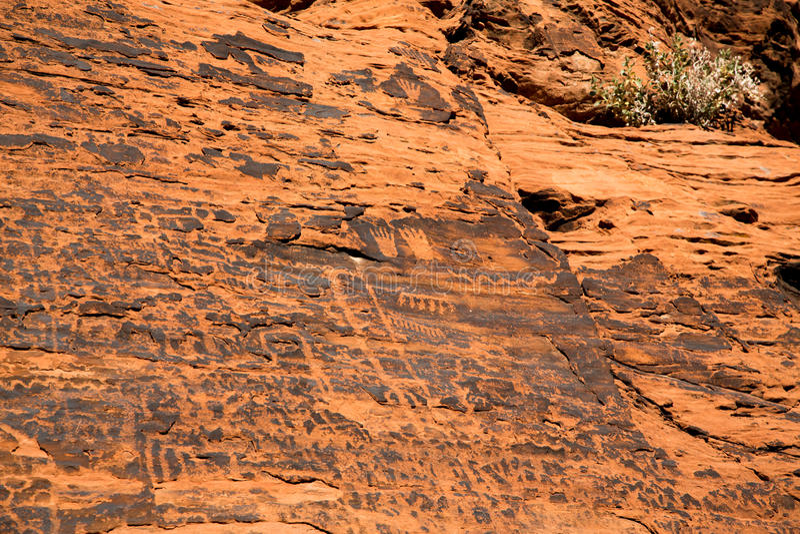 Petroglyphen im Tal des Feuers stockfotos