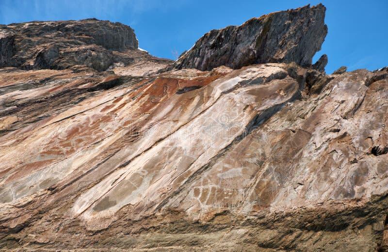 Petroglyphs dos povos antigos nas rochas no banco do rio Tom em Sibéria ocidental imagem de stock royalty free