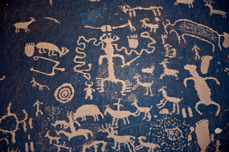 Petroglyphs na rocha do jornal fotos de stock royalty free