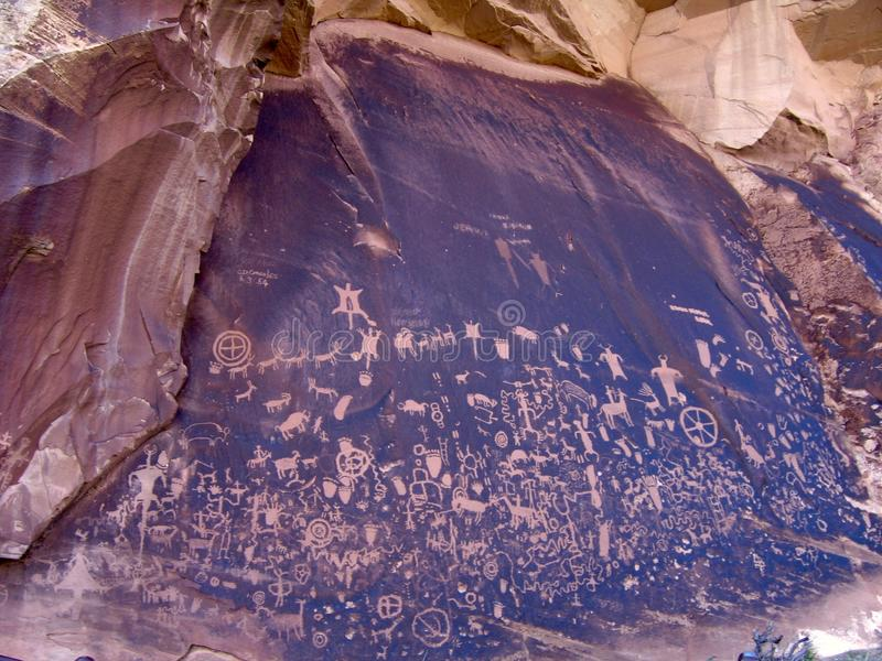 Petroglyphs på tidningen vaggar den statliga historiska monumentet, Utah royaltyfria foton