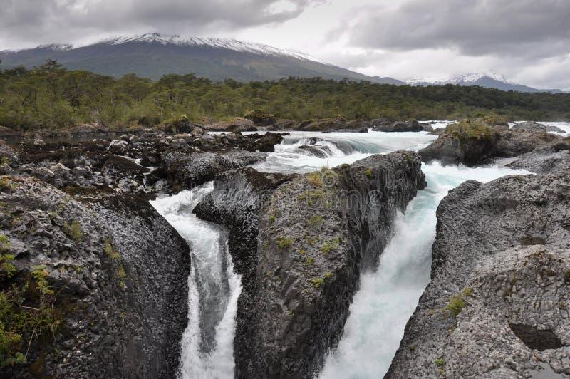 Petrohue härliga vattenfall med den Osorno vulkan bakom, Chile royaltyfria bilder