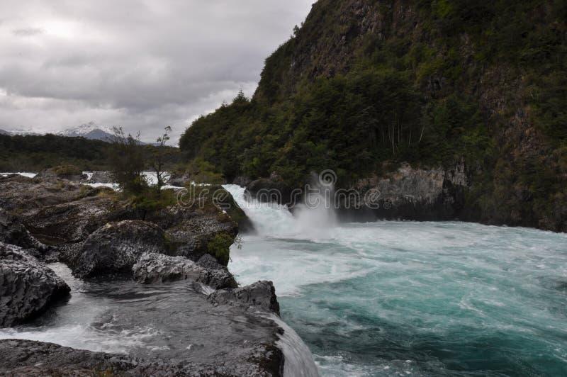 Petrohue härliga vattenfall med den Osorno vulkan bakom, Chile arkivfoto