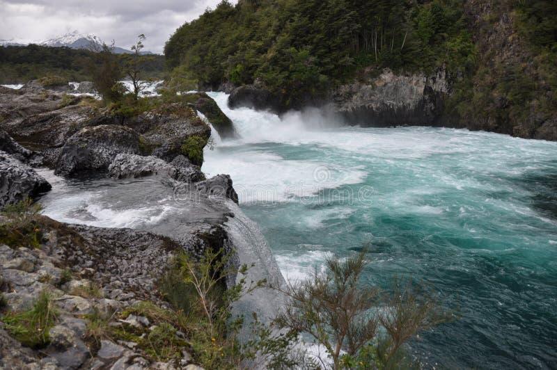Petrohue härliga vattenfall med den Osorno vulkan bakom, Chile arkivbilder