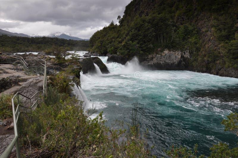 Petrohue mooie watervallen met Osorno-erachter Vulkaan, Chili royalty-vrije stock foto's