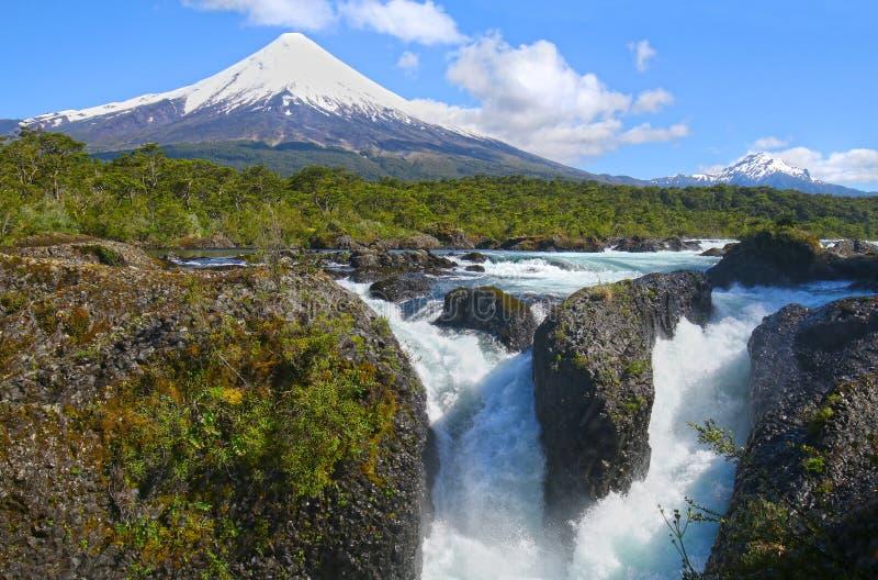 Petrohue vattenfall med den Osorno vulkan i bakgrunden Nära staden av Puerto Varas, Chile royaltyfri bild