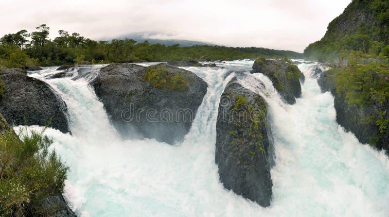 Petrohuewatervallen in Chili, Patagonië royalty-vrije stock afbeeldingen