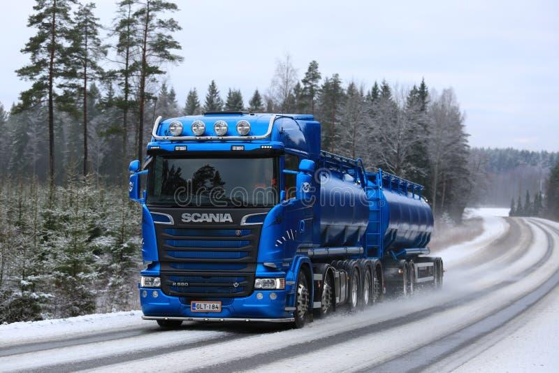 Petroleiro azul de Scania R580 que transporta no inverno imagem de stock royalty free