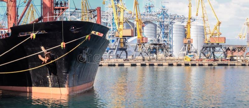 Petroleiro de óleo amarrado perto de um silo do óleo no porto de Odessa imagem de stock