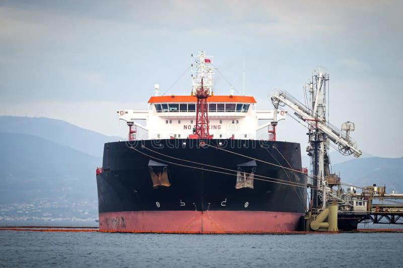 Petroleiro de óleo em uma facilidade do armazenamento do tanque, Grécia fotos de stock royalty free
